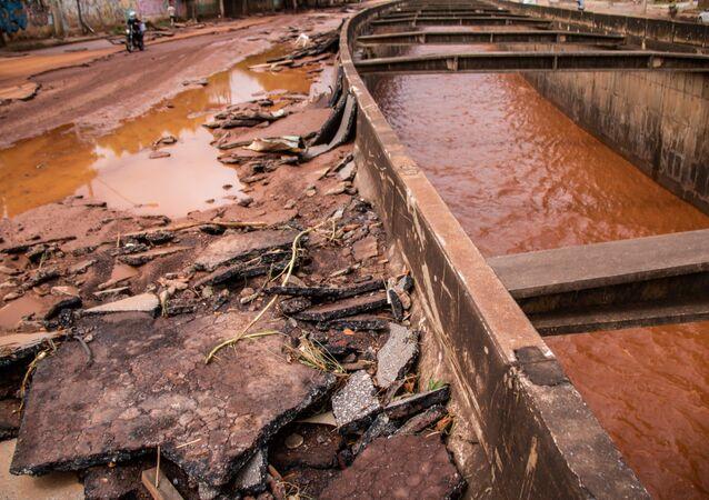 Placas de asfalto foram arrancadas e muita destruição foi causada pelas fortes chuvas que atingem Belo Horizonte e região metropolitana.