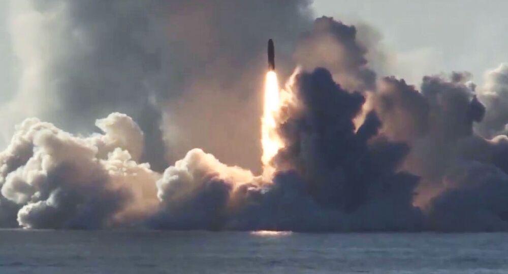 Lançamento de míssil balístico Bulava a partir do submarino nuclear russo Yuri Dolgoruky, no mar Branco, em direção ao polígono de Kura (foto de arquivo)