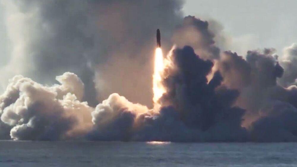 Lançamento de míssil balístico Bulava a partir do submarino nuclear russo Yuri Dolgoruky, da classe Borei (em 3º lugar da lista da National Interest) no mar Branco