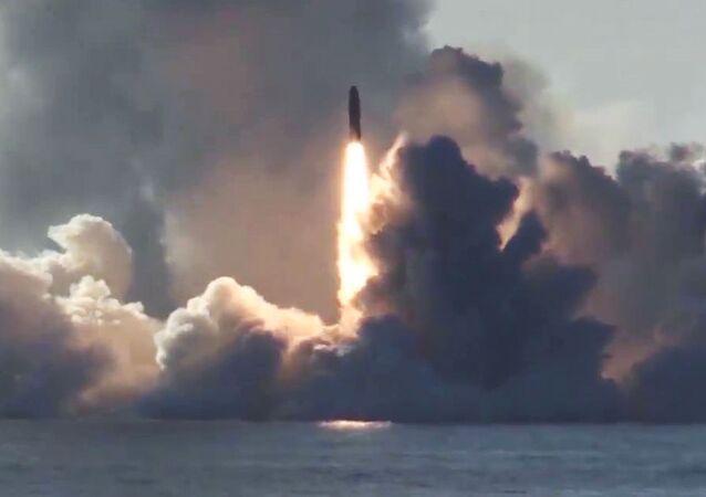 Lançamento de míssil balístico Bulava a partir do submarino nuclear russo Yuri Dolgoruky, no mar Branco, em direção ao polígono de Kura (península de Kamchatka)