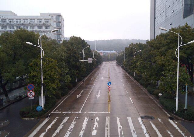 Rua deserta na cidade de Wuhan, China
