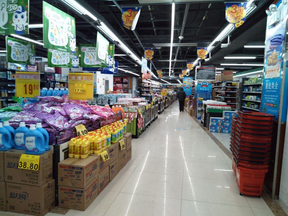 Cliente é visto em supermercado vazio na cidade de Wuhan, China