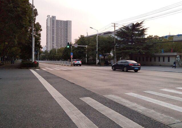 Rua deserta na cidade de Wuhan, na província chinesa de Hubei, epicentro do surto do novo coronavírus