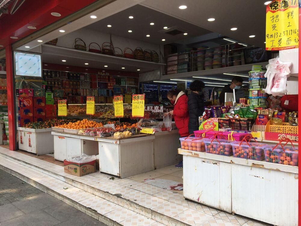 Pessoas usam máscaras em um supermercado de Wuhan, China