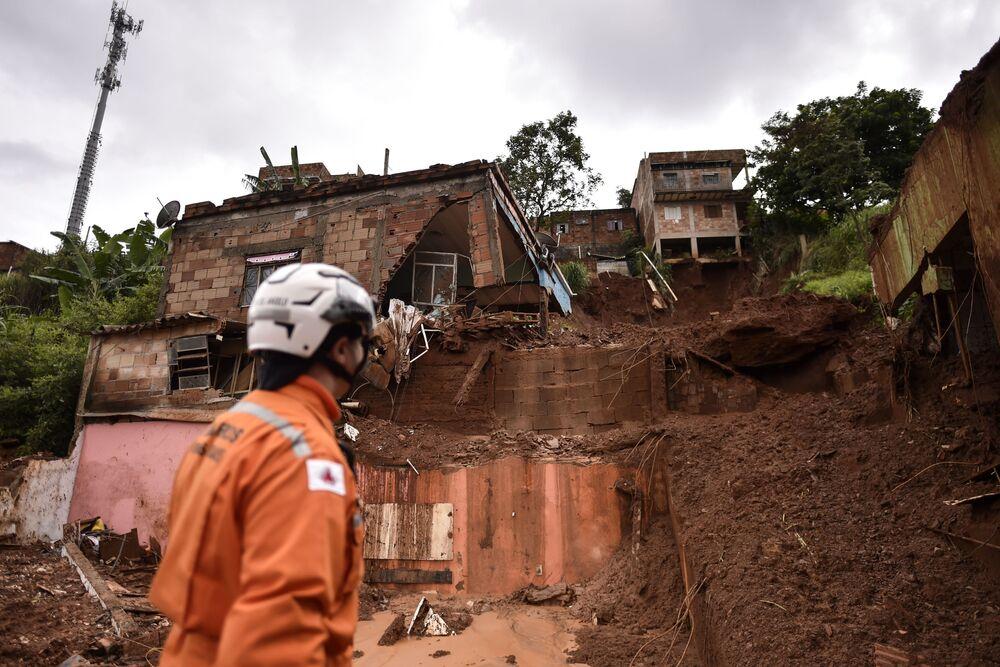 Bombeiros olham para casas em área de desabamento em Belo Horizonte