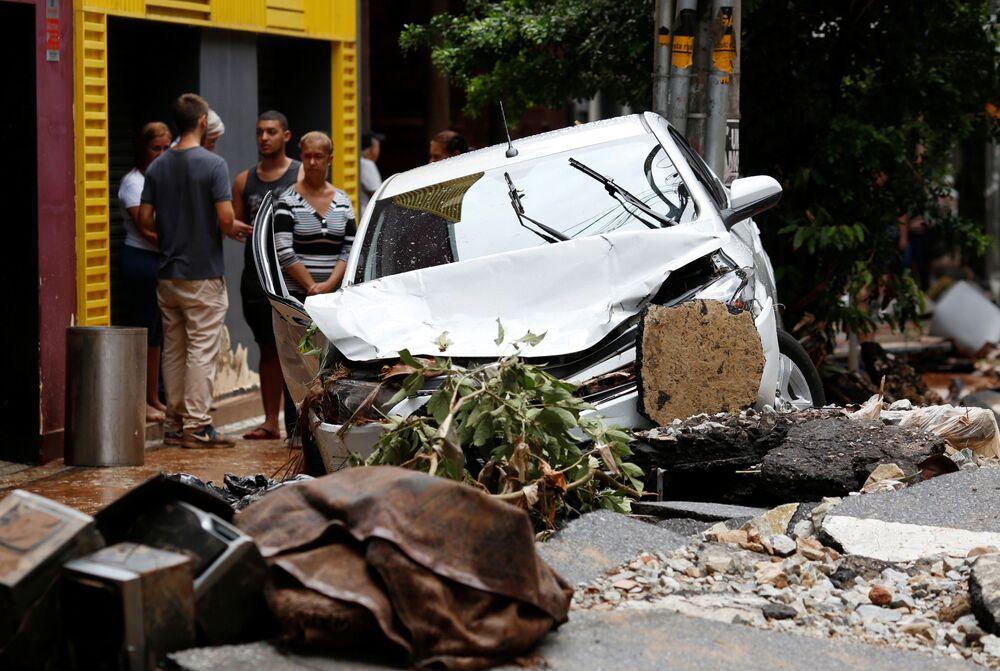 Carro danificado em Belo Horizonte após fortes chuvas