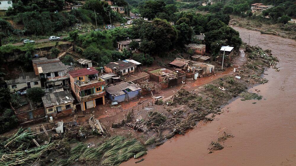 Vista aérea de rio saturado em Sabará, Belo Horizonte