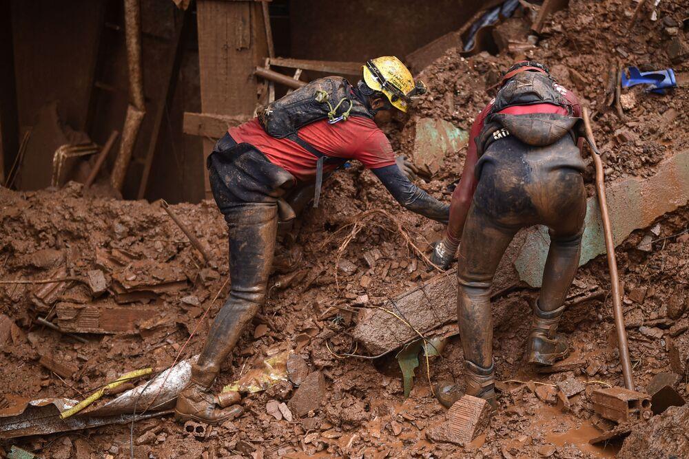 Bombeiros mineiros buscam por desaparecidos no bairro de Vila Bernadete, em Belo Horizonte