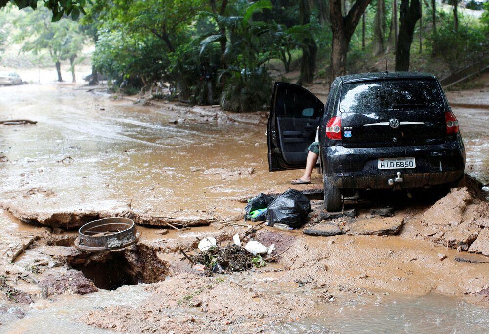 Carro em rua afetada pelas dramáticas inundações em Minas Gerais