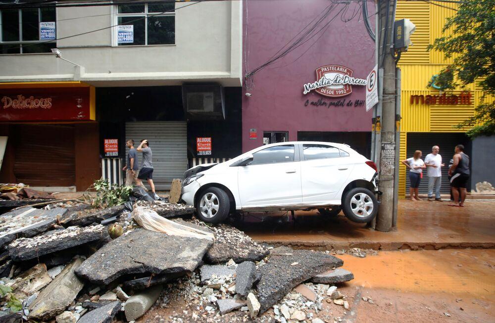 Carro virado em ria destruída pelas fortes chuvas em Belo Horizonte