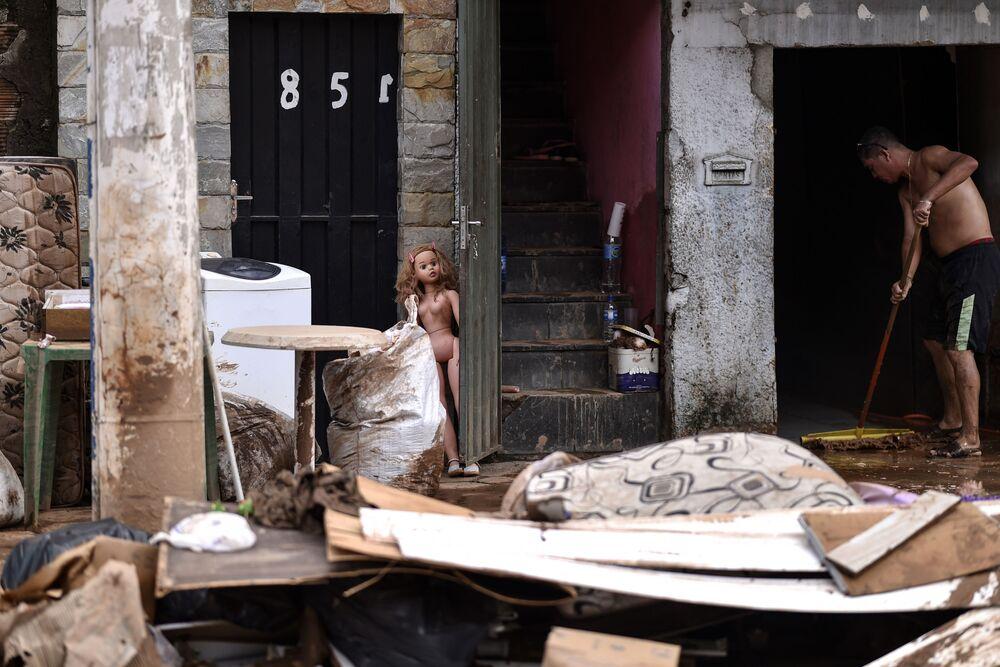 Limpeza de casa alagada em Minas Gerais