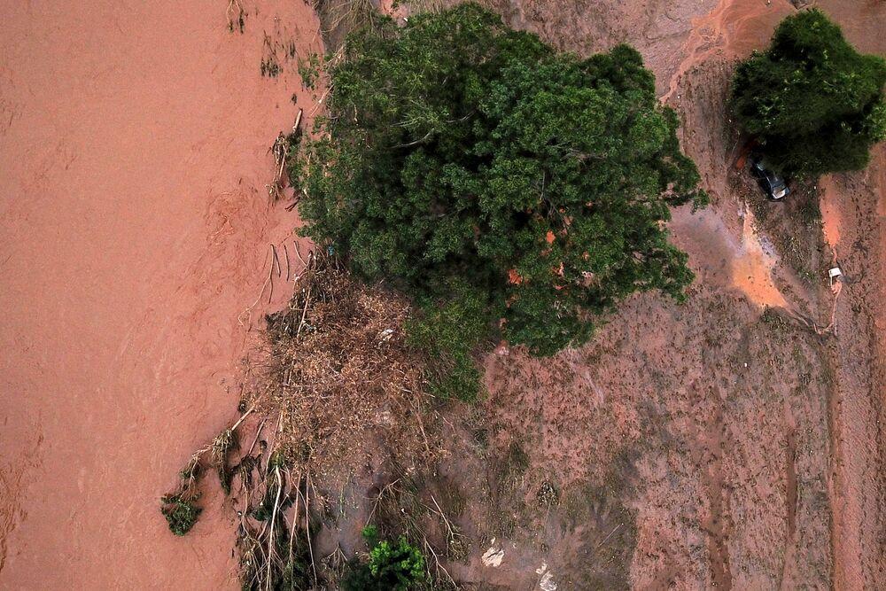 Vista aérea de rio sobrecarregado por fortes chuvas em Minas Gerais