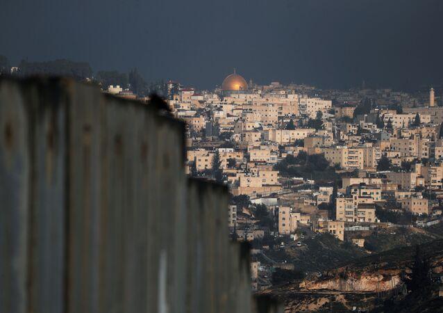 Vista da Cidade Velha de Jerusalém, por trás do muro construído por Israel, que separa a cidade histórica da cidade palestina de Abu Dis, na Cisjordânia ocupada, em 29 de janeiro de 2020
