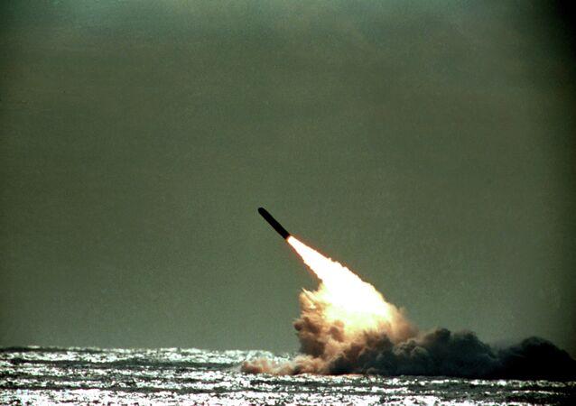 Lançamento de míssil Trident II do submarino submerso USS Tennessee no oceano Atlântico, na costa da Flórida, EUA (foto de arquivo)