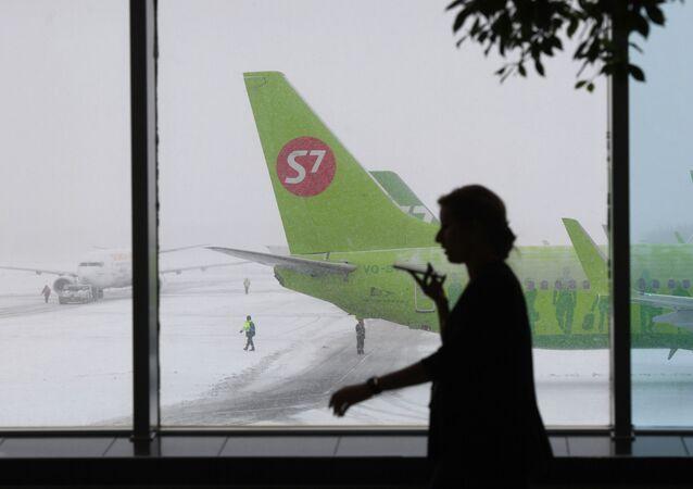 Avião da companhia aérea russa S7 estacionado no aeroporto de Domodedovo, em Moscou, Rússia