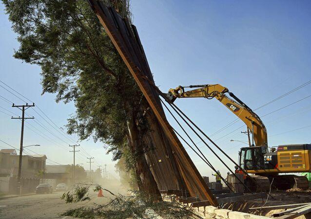 Parte do muro cai na fronteira EUA/México