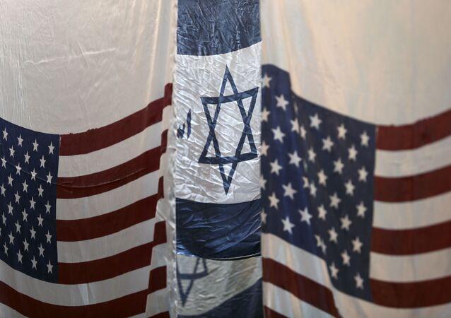 Bandeiras dos EUA e de Israel são colocadas para secar em fábrica na cidade de Khomein, no Irã, em 28 de janeiro de 2020