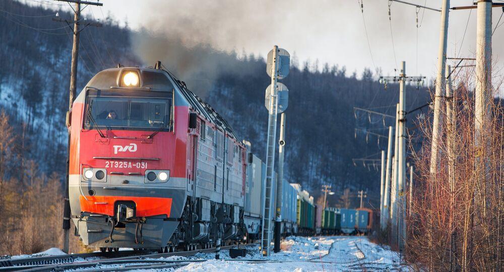 Trem russo atravessa ferrovia na Sibéria