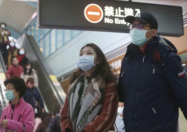 Pessoas usando máscaras como prevenção do coronavírus em estação de metro de Taipei, Taiwan (foto de arquivo)