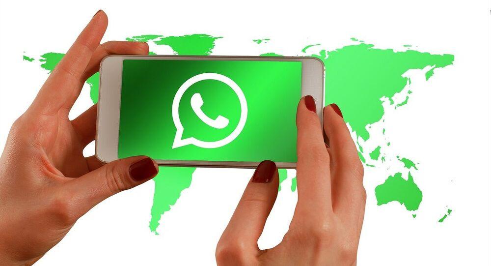 Símbolo do aplicativo WhatsApp na tela de um telefone (foto de arquivo)