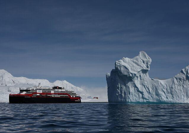 Navio de cruzeiro MS Roald Amundsen ao lado de um iceberg na Antártica (foto de arquivo)