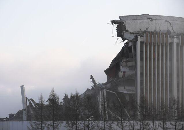 Telhado destruído do complexo esportivo Peterbursky, em 31 de janeiro de 2020