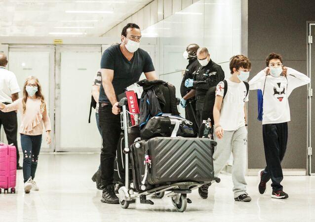 Movimentação de passageiros no aeroporto internacional de Guarulhos, na Grande São paulo, nesta quinta-feira (30). Chegada de voo chinês coloca a cidade e o país em alerta