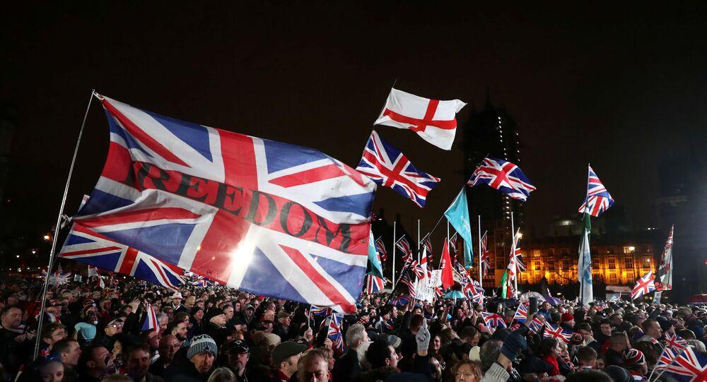 Apoiadores do Brexit comemoram a oficialização da saída da União Europeia em frente ao Parlamento.