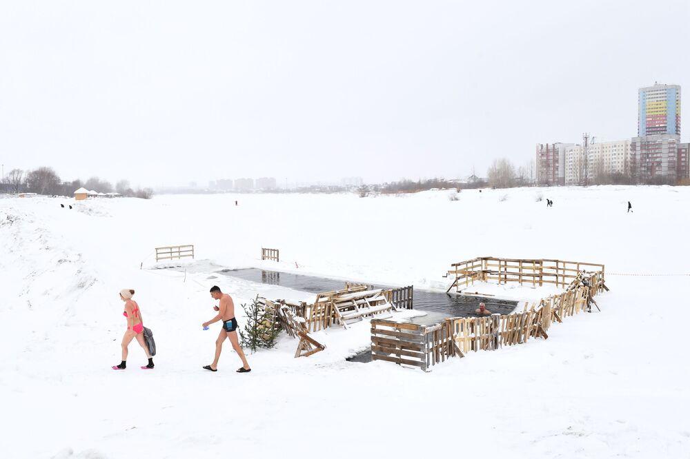 Membros de um clube de natação de inverno durante treinamento no bairro Leninsky da cidade de Novossibirsk