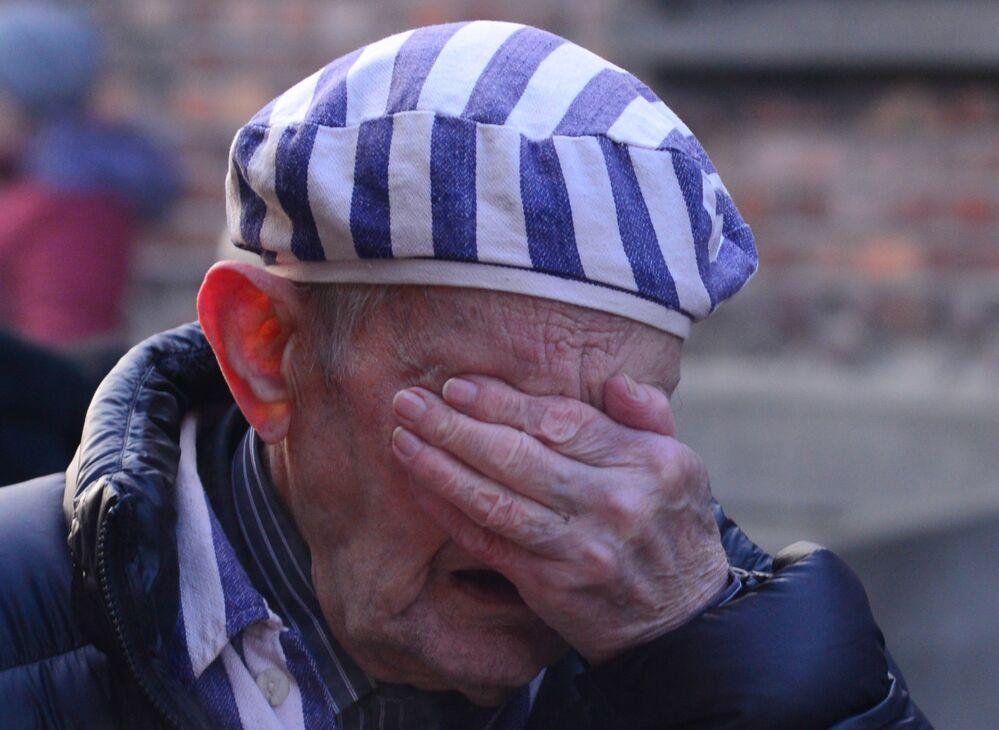 Sobrevivente do Holocausto se emociona durante evento dedicado aos 75 anos da Libertação do Campo de Concentração de Auschwitz pelo Exército soviético na Polônia