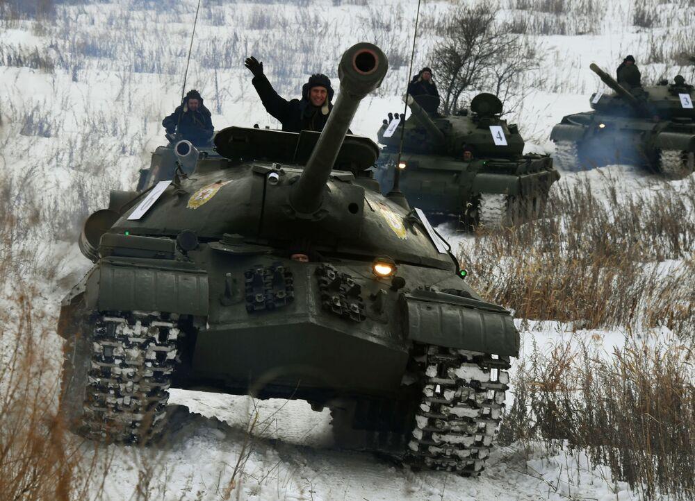 Tanque pesado soviético IS-3 durante parada demonstrativa de veículos militares na região russa de Primorie