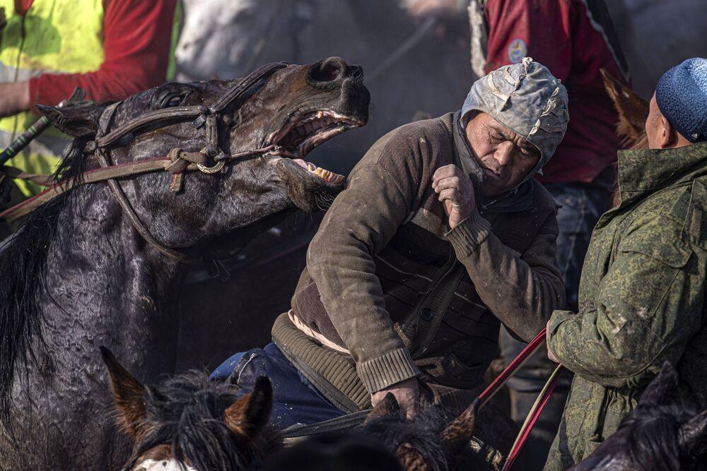 Cavaleiros durante competição nacional Alaman Ulake em Kara-Suu, no Quirguistão