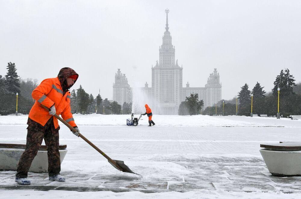 Serventes removem neve em frente ao prédio da Universidade Estatal de Moscou (MGU, na sigla em russo) em Vorobyovy Gory, Moscou