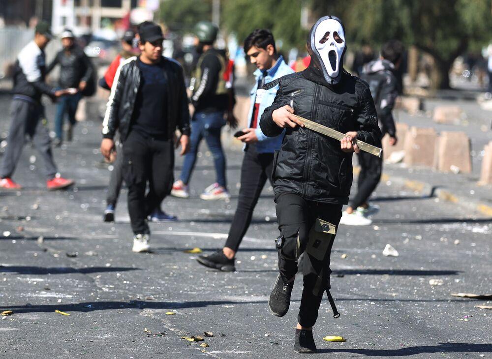 Participantes de uma manifestação contra o governo iraquiano na Praça Al-Khilani, na capital Bagdá