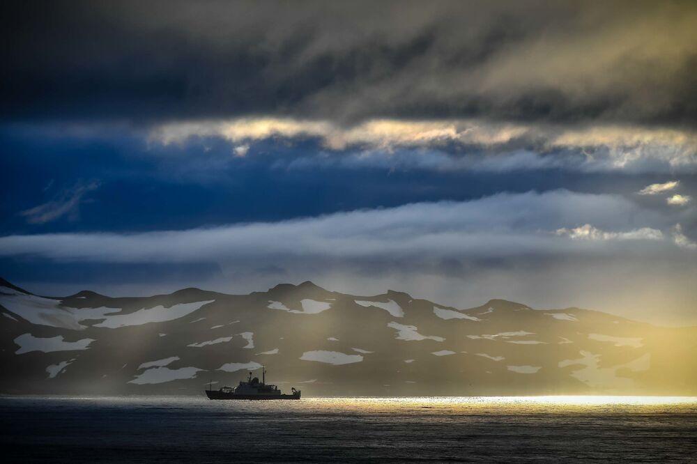 Navio de pesquisas Admiral Vladimirsky em sua passagem de Montevidéu, Uruguai, para a Antártica