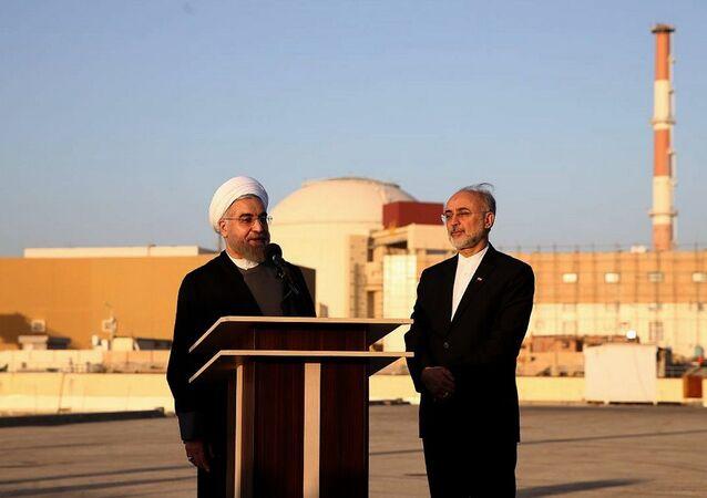 Presidente do Irã, Hassan Rouhani e o presidente da Agência de Energia Atômica do Irã, Ali Salehi, em frente a instalação nuclear de Bushehr, Irã