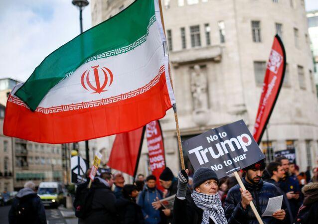 Manifestante ergue a bandeira iraniana durante um protesto em oposição à ameaça de guerra contra o Irã em Londres, Reino Unido