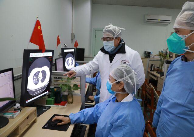 Médicos inspecionam imagem de tomografia computadorizada de paciente no Hospital Zhongnan da Universidade de Wuhan após surto do novo coronavírus em Wuhan, província de Hubei, China, 2 de fevereiro de 2020