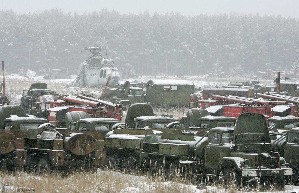 Veículos que participaram na liquidação das consequências do acidente na usina nuclear de Chernobyl, no cemitério de maquinarias perto de Pripyat