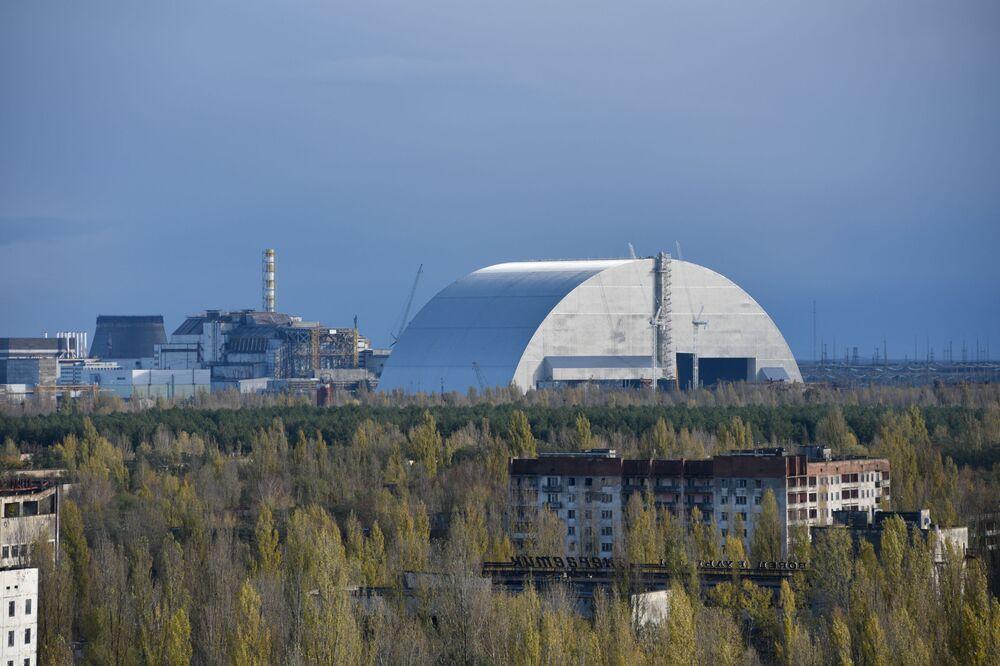 Vista aérea do novo confinamento seguro e sarcófago na unidade 4 da usina nuclear de Chernobyl da cidade de Pripyat