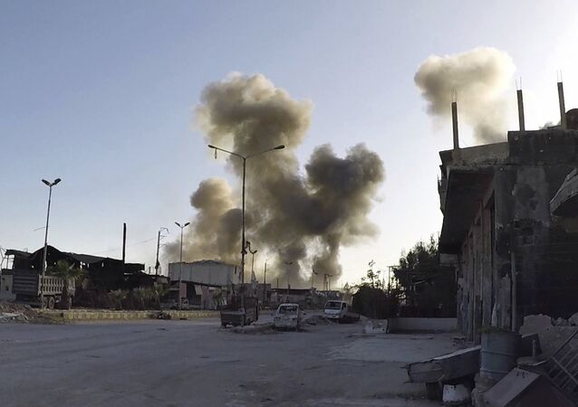 Imagem mostra fumaça após ataques aéreos do governo sírio na cidade de Douma, a leste de Damasco, Síria (foto de arquivo)