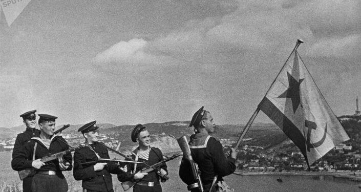 Marinheiros soviéticos em Port Arthur, na China, em outubro de 1945