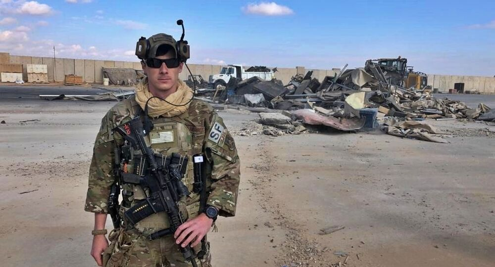 Soldado dos EUA ao lado das ruínas da base de Ain al-Asad, no Iraque, em 13 de janeiro de 2020