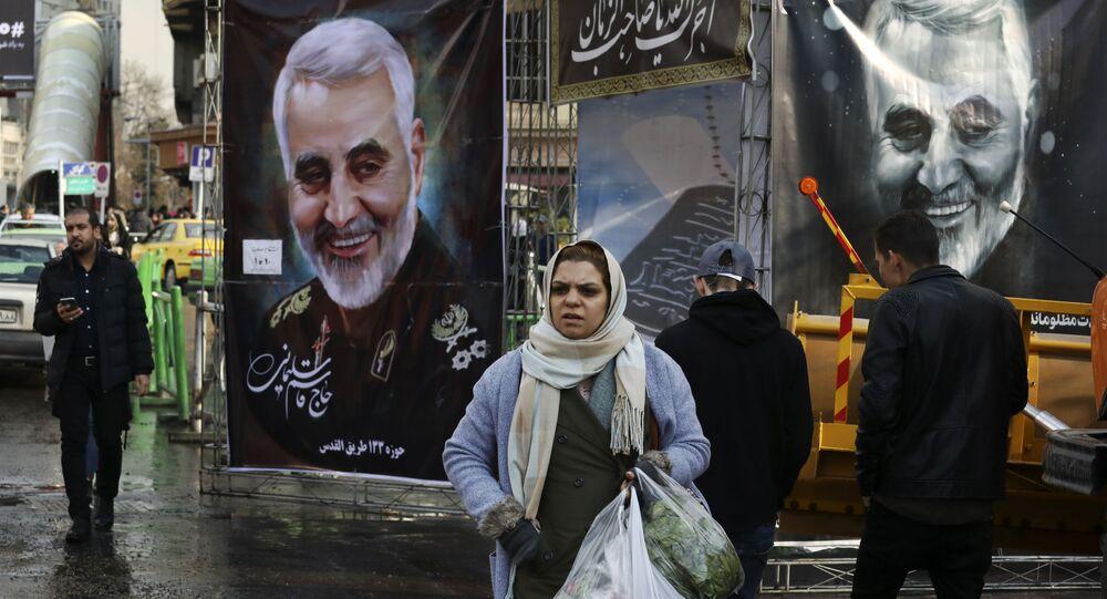 Pedestre passa por cartazes em homenagem ao general Qassem Soleimani, assassinado em operação dos EUA, em janeiro de 2020