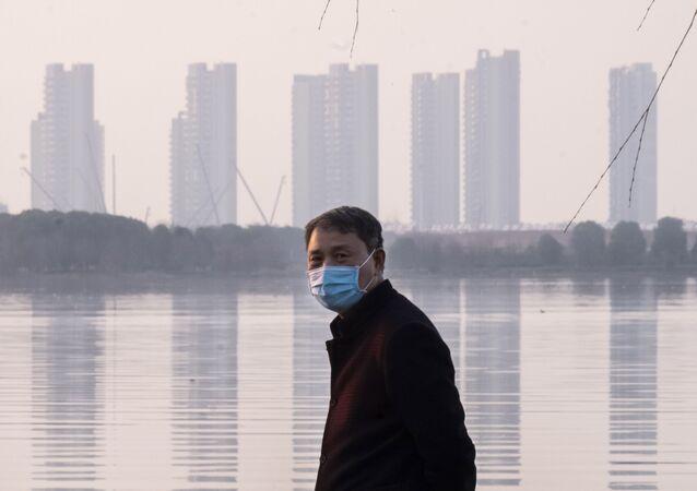 Homem usa máscara para se proteger do coronavírus, em Wuhan, na China, em 30 de janeiro de 2020