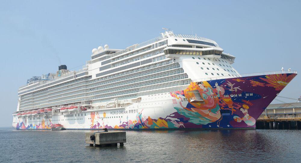 Navio cruzeiro World Dream ancorado no porto internacional de Manila, 29 de janeiro de 2020