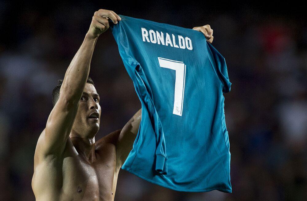 Cristiano Ronaldo celebra um gol levantando sua camisa do Real Madrid