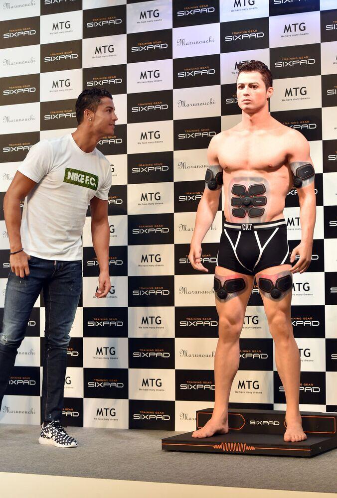 Jogador português Cristiano Ronaldo observa uma estátua em sua homenagem