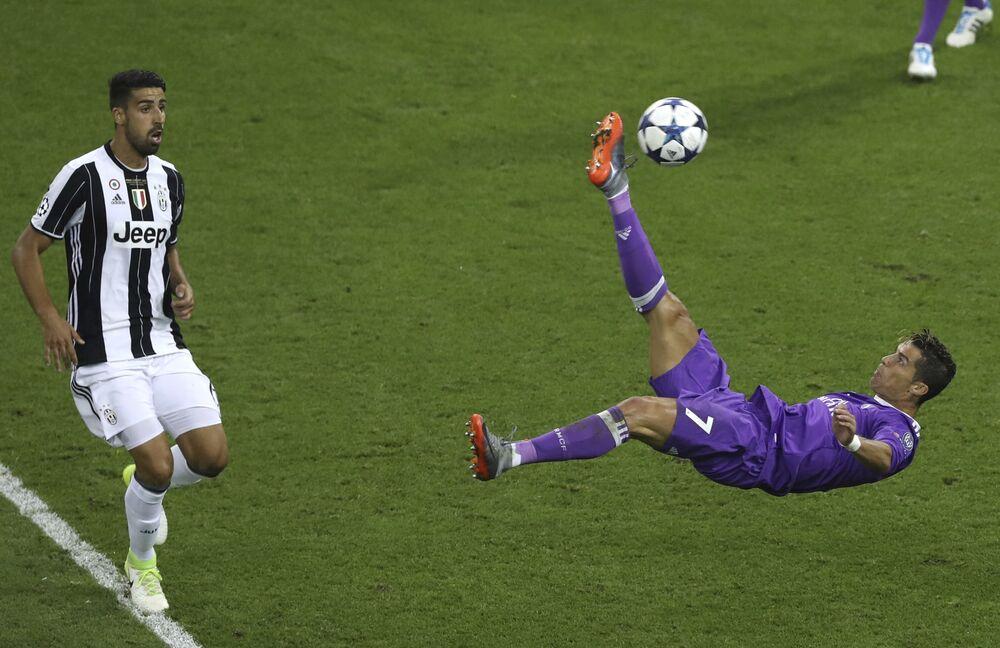 Salto de Cristiano Ronaldo para alcançar uma bola durante uma partida pelo Real Madrid