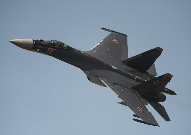 Caça Su-35 durante espectáculo aéreo no Día de Forças Aéreas da Rússia (foto de arquivo)